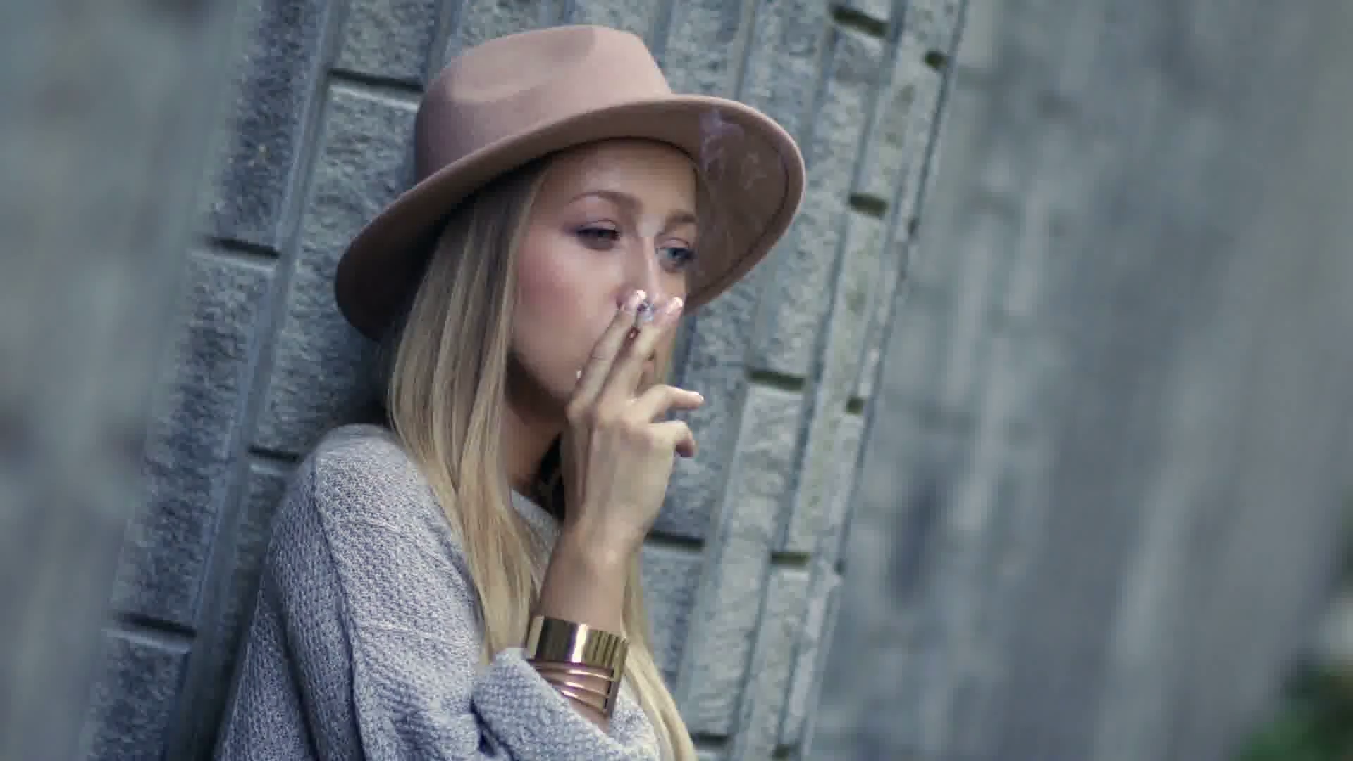 sad-lonely-woman-smoking-cigarette-and-thinking_btzjy9kes_thumbnail-full01